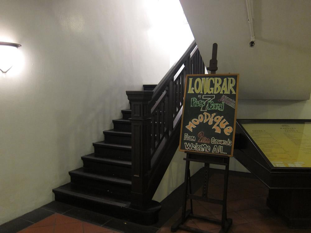 入り口へと続く階段
