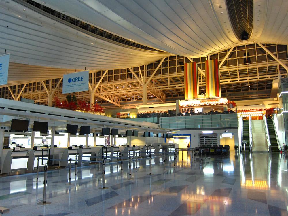 夜の羽田空港国際線ターミナル内部