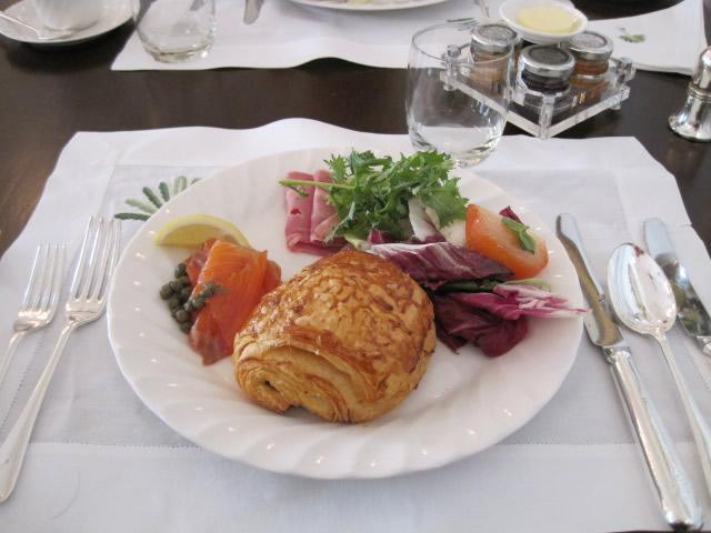 ランチョンマットと朝食のセット
