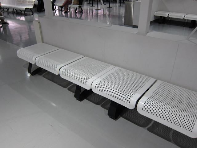 搭乗待合室のベンチシート
